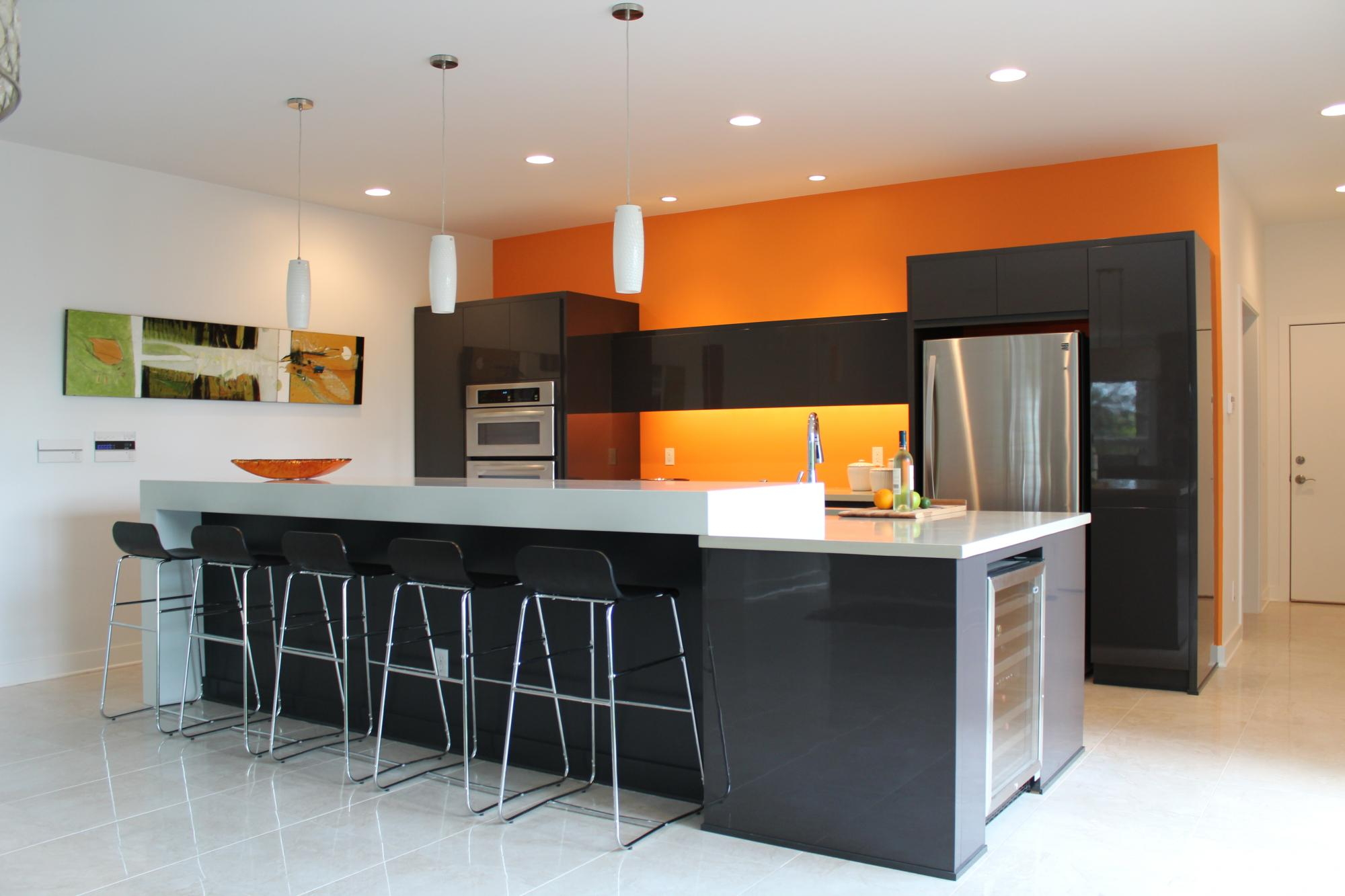 Une cuisine color block bricobistro for Peinture blanc orange salon