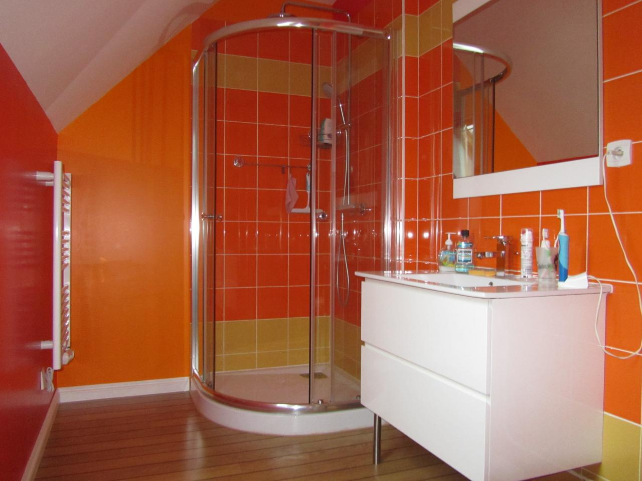 Une salle de bain color e bricobistro for Carrelage salle de bain orange