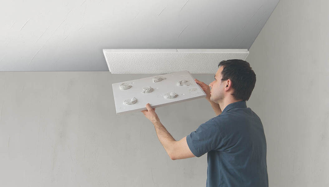 Comment installer des dalles de polystyr ne au plafond for Dalle plafond salle de bain