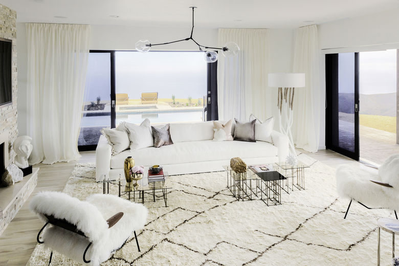 """This Aug. 2015 photo provided by courtesy of Lori Margolis Interiors and Architectural Digest shows, Caitlyn Jenner's living room in Malibu, Calif. The living room recently received a makeover by the New York designer Lori Margolis. The reality-show star redecorated the Malibu mansion where """"I Am Cait"""" is filmed, unveiling the home's new look on the Sunday, Sept. 13, episode. (Rick Steil/Lori Margolis Interiors/Architectural Digest via AP)"""