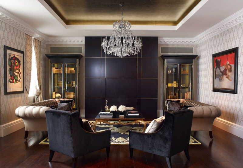 15 superbes designs de salon avec un mur d 39 accent noir for Red black and silver living room ideas