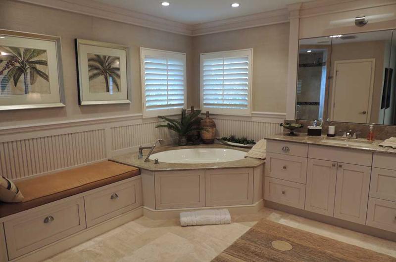 12 salles de bain tr s pratiques avec une banquette de for Banquette salle de bain