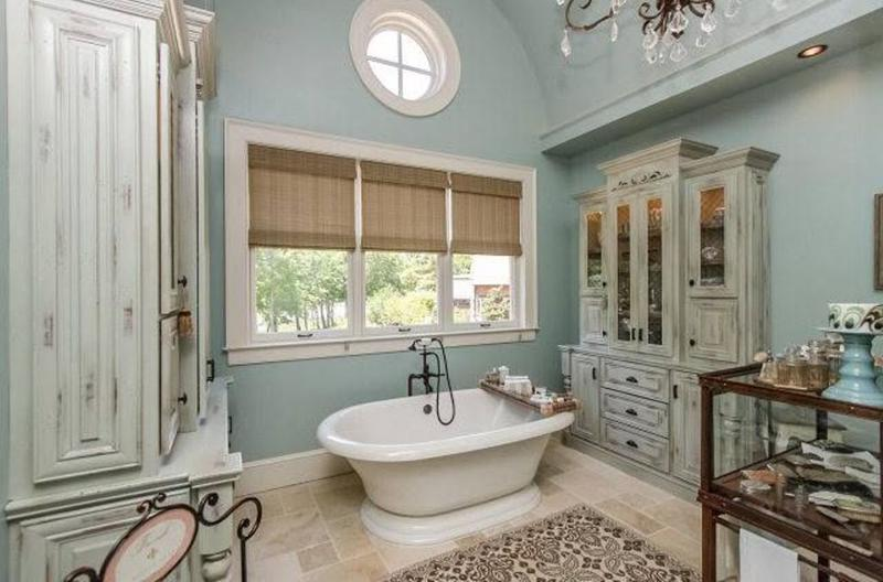 11 superbes salles de bain au style french country for French provincial bathroom designs